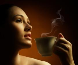 девушка пьет зеленый кофе