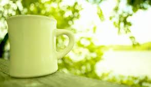 зеленый кофе в зеленой чашке